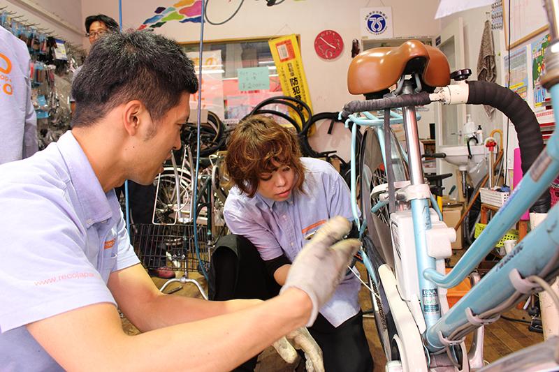 自転車屋の女性店員
